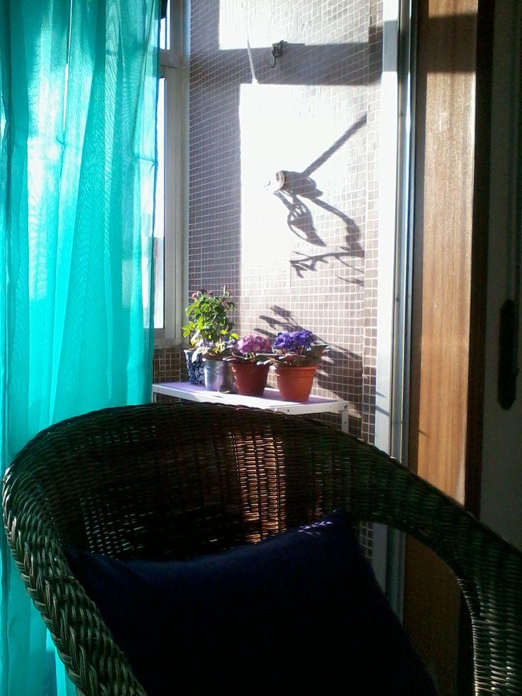 Varanda e cadeira de junco.