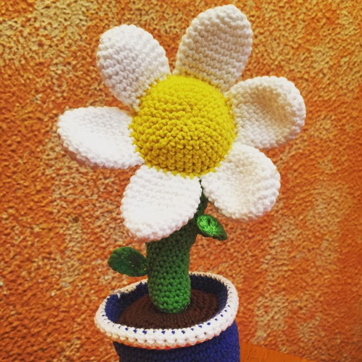 Flor. Patrón: http://lavaquitadelanita.blogspot.com.es/2014/04/maceta-con-flor.html?m=1