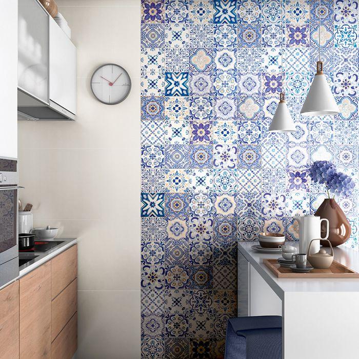 Cozinha com aplicação do azulejo português, em um só lado da parede como detalhe no revestimento geral.