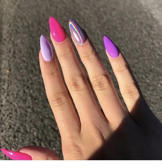 Schöne rosa und lila Gelnägel  – Kosmetik