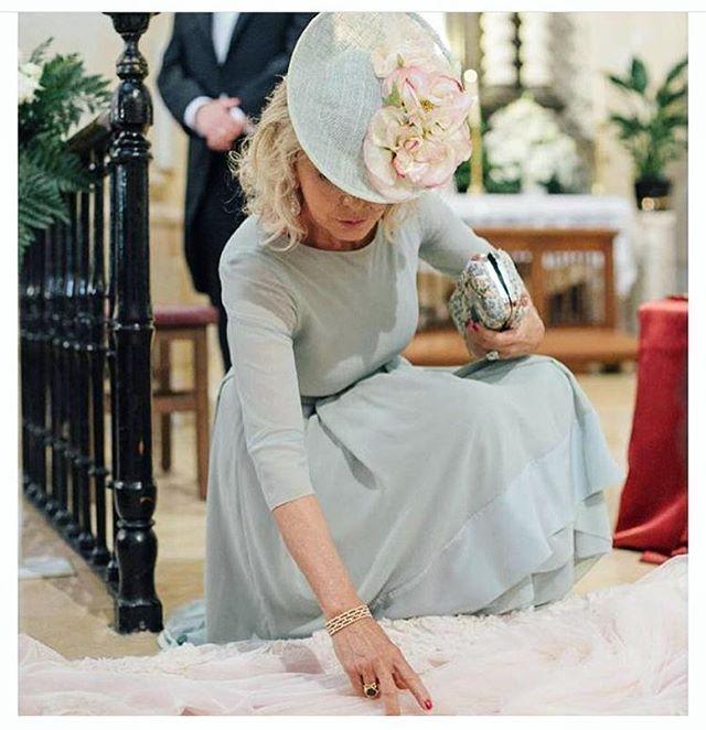 Madres de novia con mucho estilo ❤️ Beatriz, vestida de @helenamareque con tocado a medida de #Cherubina para @hatandlove, simplemente perfecta. Foto: @kiwo_estudio