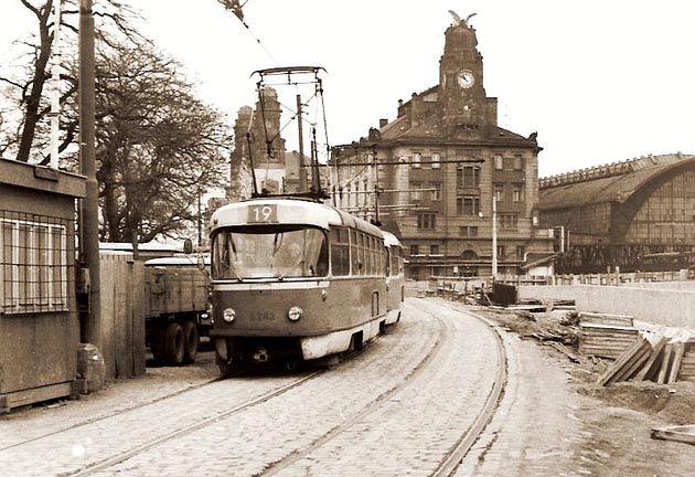 Dovedete si představit, kudy všude kdysi jezdila v Praze tramvaj a jaké kuriozity se v tramvajové dopravě za sto čtyřicet let objevily? Pokud ne, jste na správné adrese. Některé snímky i skutečnosti, jsou nejen zajímavé, ale také úsměvné. Víc prozrazovat ...