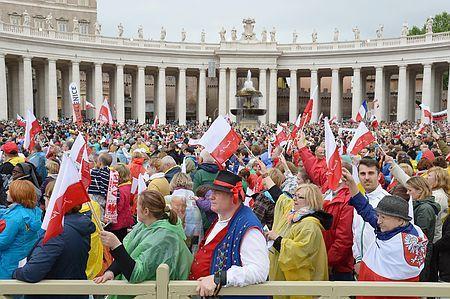 27日、バチカンのサンピエトロ大聖堂前に集まったカトリックの信者ら(AFP=時事) ▼27Apr2014時事通信|ヨハネ・パウロ2世「聖人」に=2法王の認定祝う式典-バチカン http://www.jiji.com/jc/zc?k=201404/2014042700096 #Vatican #Vaticanae #Vaticano #St_Peters_Square