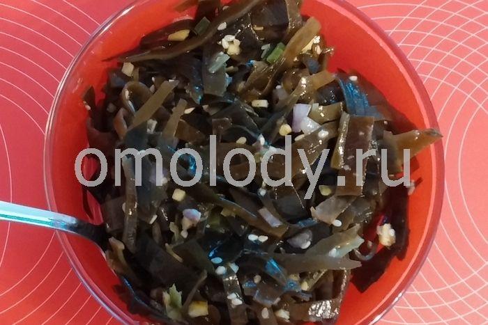 Салат из морских водорослей с кунжутом и имбирем