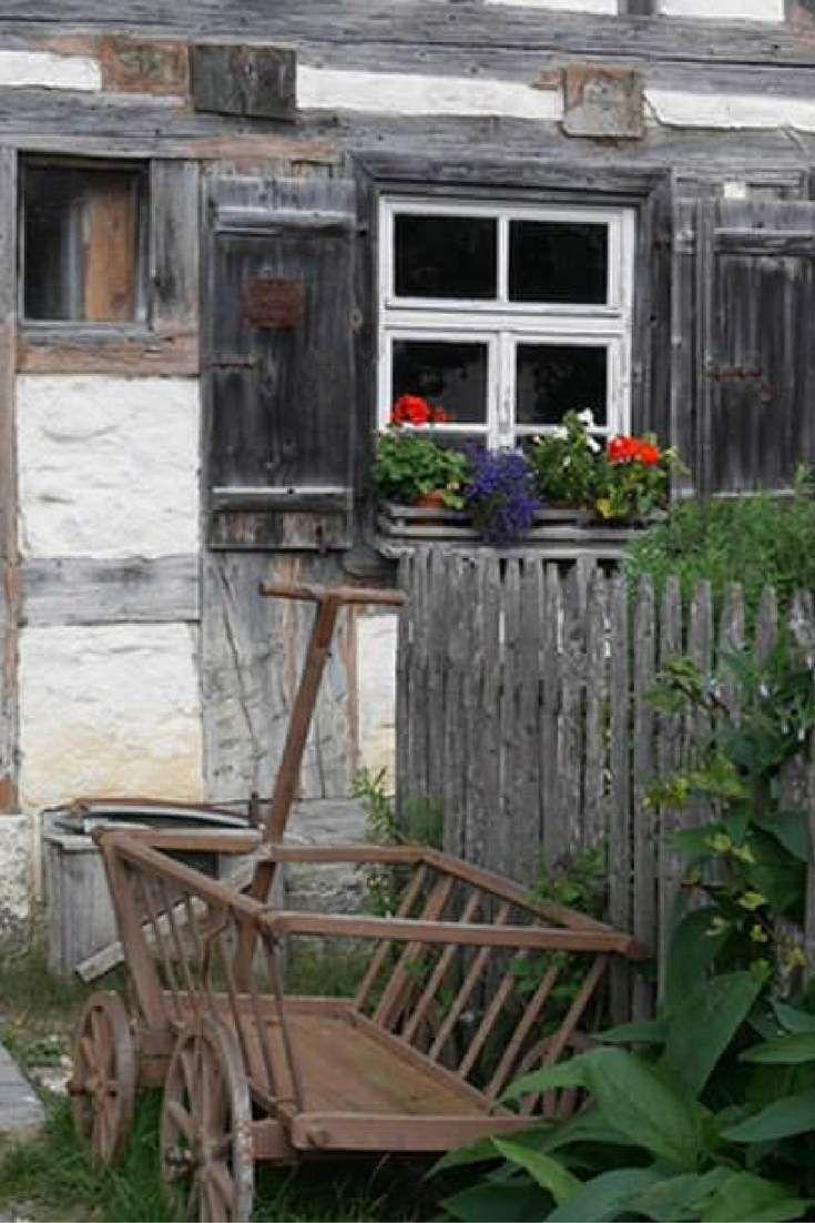 Ein alter Leiterwagen steht vor einem Bauernhaus im Freilichtmuseum Neuhausen ob Eck  #germany #old house #farmhouse #Leiterwagen #Freilichtmuseum #Nostalgie