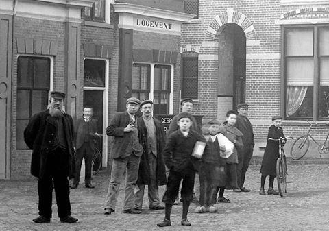 1898. Het logement, na de herbouw in 1910 kwam hier cafe 'Het Botervat' nu 'Bar biertje'.