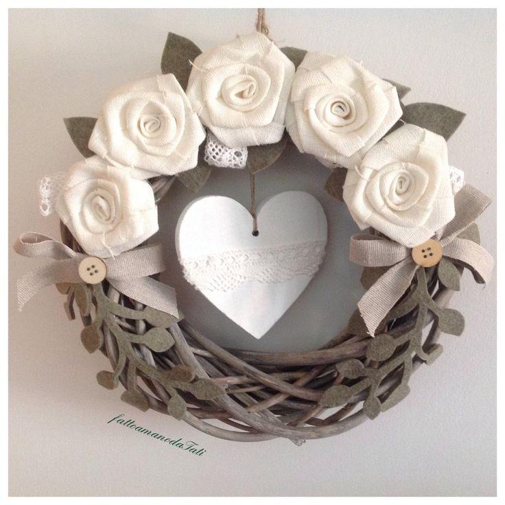Corona in legno con rose bianche di lino e cuore di legno, by fattoamanodaTati, 27,00 € su misshobby.com