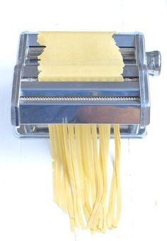 Zelf pasta maken. 200 gr durum tarwe bloem, 2 eieren, olijfolie, zout.
