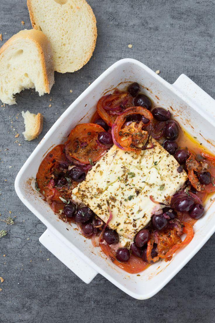 Feta al forno: semplice e appetitoso. Un modo gustoso per cucinare il tipico formaggio greco. [Baked feta cheese with tomatoes and olives]