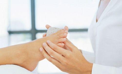 Râper un cor au pied avec une pierre ponce permet de réduire la douleur et d'accélérer sa guérison.