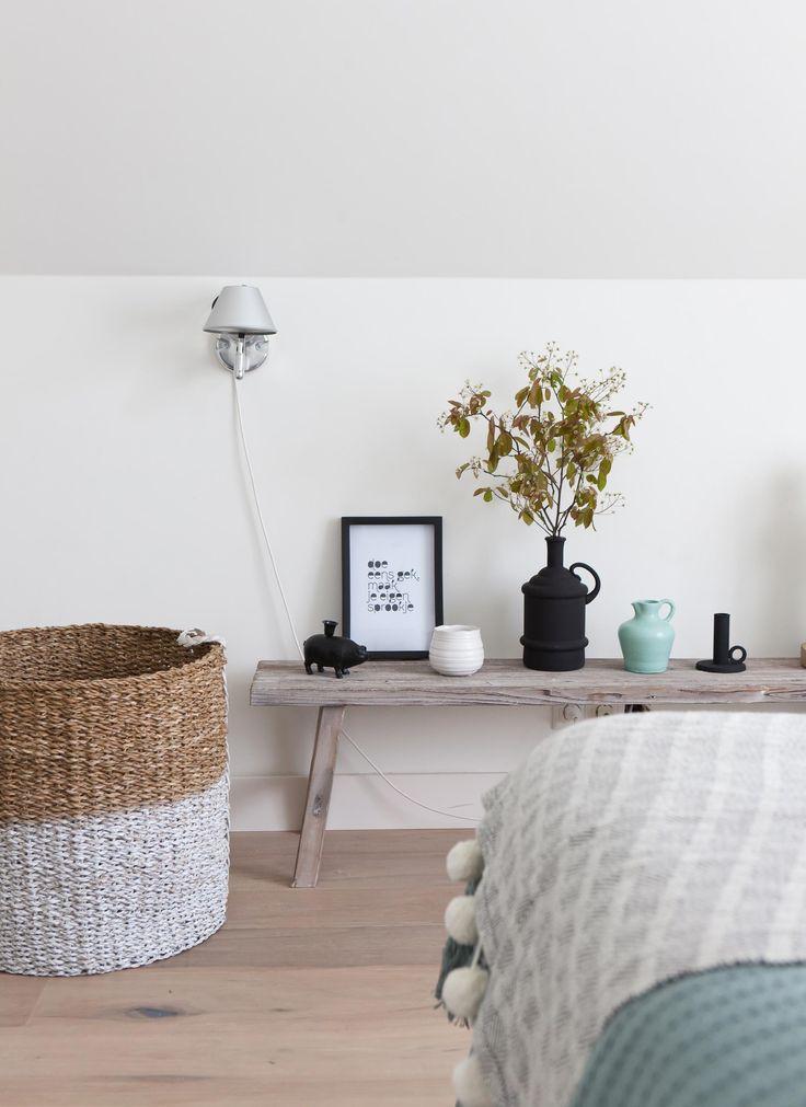Houten bank met accessoires in de nieuwe slaapkamer van Bregje en Igor | Make-over door Corrien Flohil