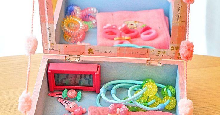100円ショップキャンドゥで見つけた木箱を使って、子供用ドレッサーを作ってみました。  毎度私の手作りを喜んでくれるのは姪っ子ちゃんだけ!今回も姪っ子ちゃんの大好きな物を詰め込んで、ハートフルなプレゼント!!手作りはプライスレス(*^^*)  100均の木箱、折り紙、マスキングテープ、毛糸と、壊れてしまった折りたたみのスタンドミラーを使ってお安く出来ちゃう貼るだけDIYです。  うちの姪っ子ちゃんはピンクと水色が大好きなので、その2色で作りましたが、お子様のお好みに合わせて是非世界に一つの手作りドレッサーを作ってみて下さい。 取っ手をつけたので持ち運び自由。セリアのデジタル時計付き♡ 結局木箱108円。それ以外は時計に108円。取っ手も家にありましたが、元々はセリアで108円の物です。あとは家にあるものと壊れた鏡を使ったので324円。中に沢山ヘアゴムなどを入れてあげることが出来ました。(100均ですが(笑))  以前にプレゼントした財箱の冬バージョンです。良かったら最後までお付き合い下さい。 夏バージョン https://kurashinista.jp&#x2...