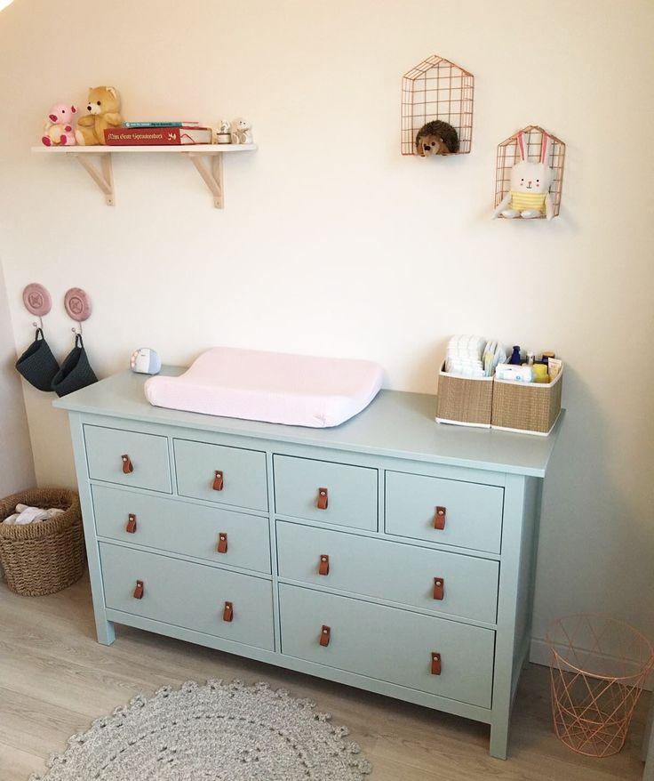 Hemnes Ikea kast geschilderd met Early dew van flexa en leren handgrepen erop gemaakt voor mijn dochter Madelief #ikeahack