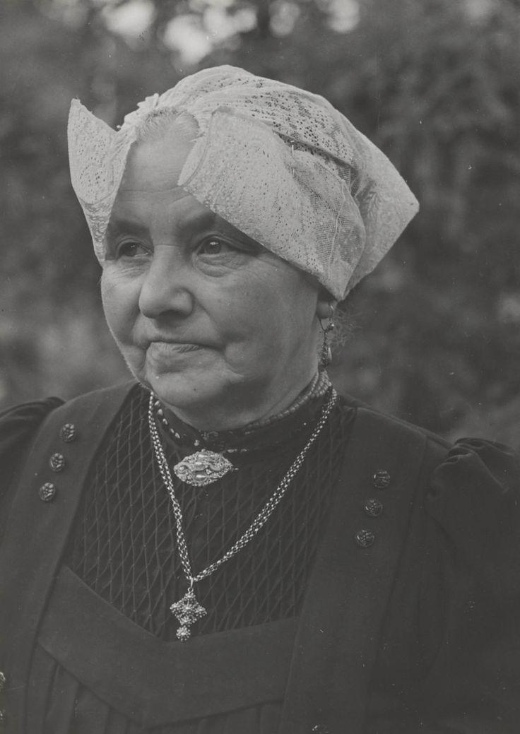 Mejuffrouw F. de Leeuw uit Laren in streekdracht. Ze draagt de 'ronde muts'. 1952 #Laren #Gooi #NoordHolland #rond
