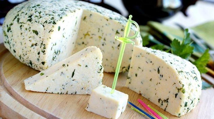 Vă prezentăm o rețetă de brânză de casă super delicioasă. Obțineți o brânză atât de delicioasă, aromată și proaspătă, încât nu o veți mai prefera pe cea din comerț. Procesul de preparare nu este deloc complicat, de aceea nu ezitați să preparați un astfel de deliciu. Această brânză poate fi folosită la prepararea salatei, sandvișurilor …