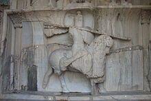 Starověký reliéf perského katafrakta sásánovské doby ve skalní oblasti Ták-i Bustán (na okraji dnešního Kermánšáhu, Írán) – zobrazuje jezdce v přepychové zbroji, patřícího k nejvyšší nobilitě
