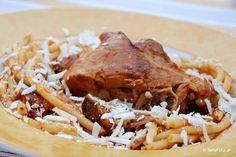 Η κατσικομακαρονάδα του Αντώνη Ρούσσου είναι μια εμβληματική συνταγή, την οποία δημιούργησε σαν αντίποδα στην αστακομακαρονάδα.