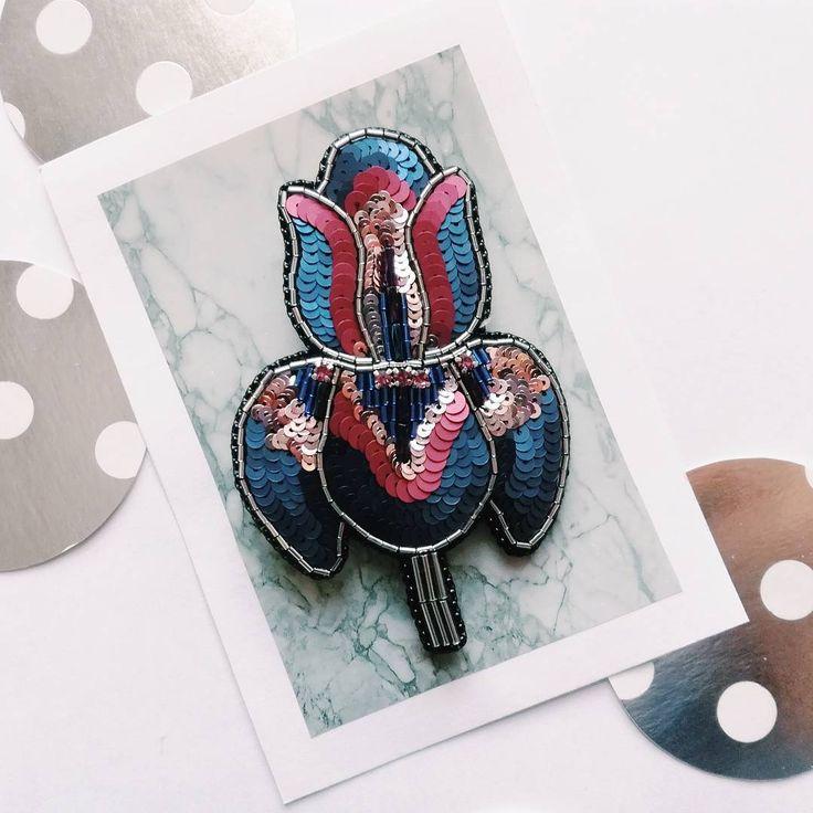 Новый ирис: синий,бордо и персиково-розовый обязательно посмотри на втором фото поближе сердцевину, она с необычным стеклярусом в хамелеоне➡️ #chi_brooches_ирис