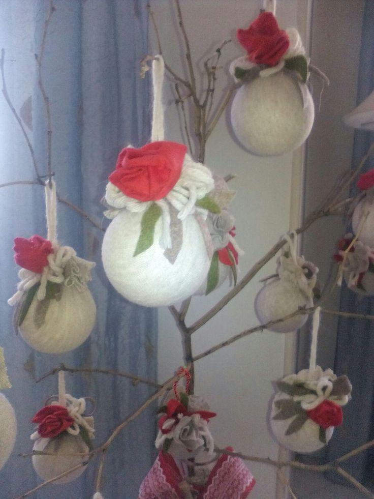 Palle di Natale fatte a mano con stoffa e cordino completate con rose di feltro