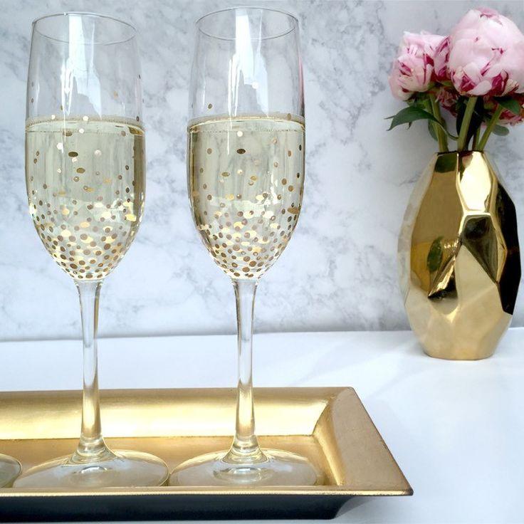 Weißwein- oder Sektgläser mit goldenen Punkten aufgehübscht