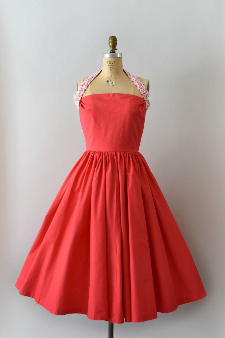 jaren 1950 vintage jurk, dark pink katoen lichaam, uitgerust bodice functies een halter hals met witte katoenen kant detail, ingerichte taille met een volledige cirkel rok, verborgen terug metalen rits.   ---M E EEN S U R E M E N T S---  Pasvorm/grootte: kleine  Bust: 34-35 Taille: 27-28 Heupen: gratis Lengte: 43  Maker/merk: Elaine Terry Voorwaarde: Grote voorwaarde met een ghost Zoom-lijn.  - - - - - - - - - - - - - - - - - - - - - - - - - -  Instagram: sweetbeefinds Facebook: sw...