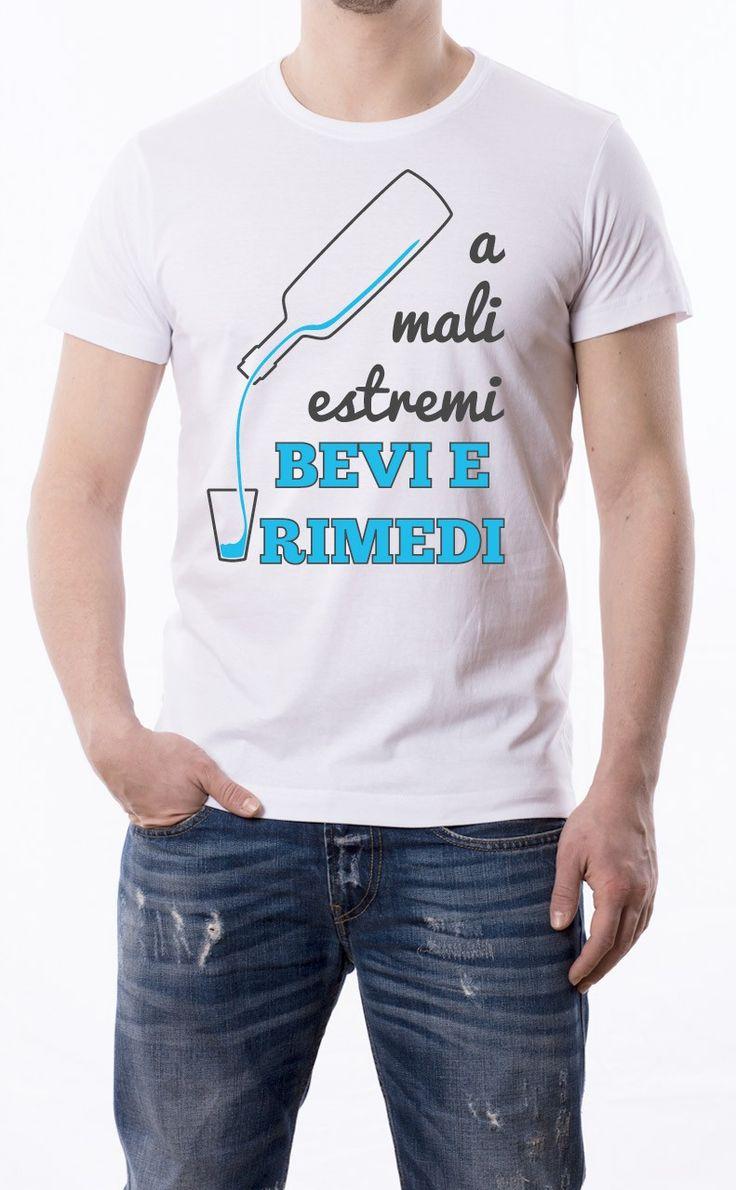 T-Shirt uomo con frase: A mali estremi bevi e rimedi. Maglietta bianca con stampa digitale diretta, grafica stampa un colore: Nero