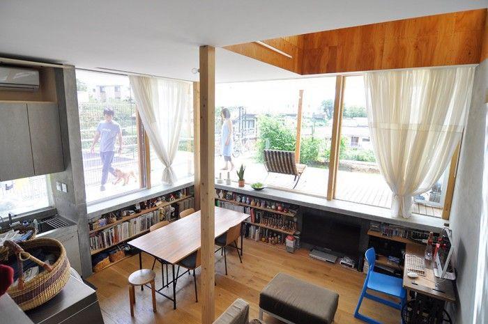 カーテンは友人のファブリックデザイナー、安東さんによるもの。市松模様の布が二重になっている。このほか、友人の建築家、寺田さんには表札のデザインを依頼した。スチレンボードを切ってつくったハンコをモルタルに押して作成したものという。
