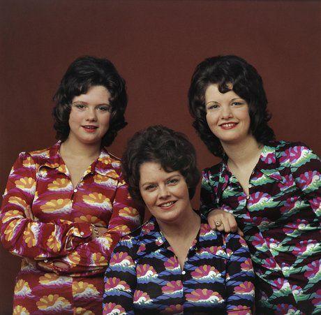 Jaren zeventig, moeder met tienerdochters in identieke blouses Taeke Henstra (1943-2010) http://www.maibeeldbank.nl/fotograaf/18