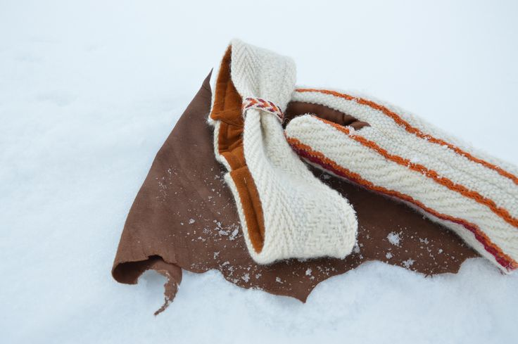 Kuura mitten and headband! If you take a closer look, pay attention to headband`s inside, it`s reindeer leather -believe that leather in there is soft. Mittens hand side has reindeer leather too, but that is from different part of a reindeer. Design by Riina Kittilä & Tiina Jaakkola. Rovaniemi, Finland.