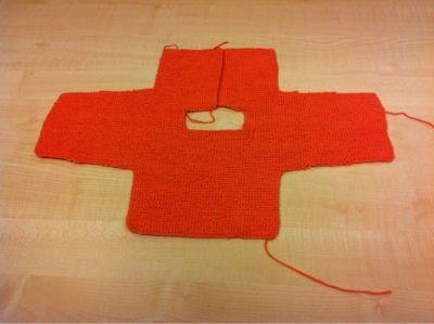"""De una sola pieza un patrón muy sencillo para una talla """" primera puesta"""" como le dicen por aquí.  La lana Rowan wool cotton 4 Ply , con uno..."""