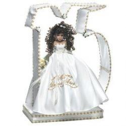 """En algunas partes de América Latina existe la tradición de la fiesta de quinceañera, y en esa misma fiestas las que cumplen años renuncian a la muñeca de su infancia ( """"ultimas muñecas"""") para conmemorar la nueva etapa de adulto."""