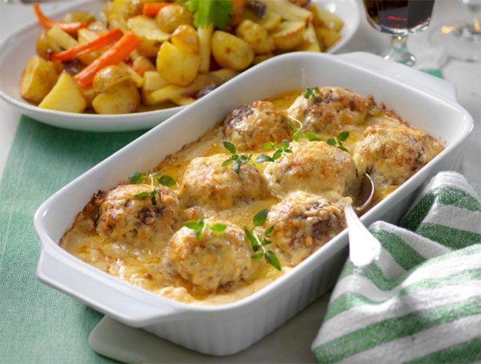 Saftiga biffar gömmer sig i den smakrika svampstuvningen. En perfekt rätt som kan förberedas och gratinernas inför servering senare.