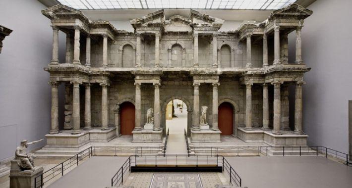 La Porta del mercato di Mileto è un reperto archeologico del II secolo proveniente da Mileto un'antica città greca sulle coste dell'Asia Minore, precisamente sulla costa egea dell'odierna Turchia. Capolavoro della architettura  romana, attualmente si trova nel Pergamon Museum di Berlino