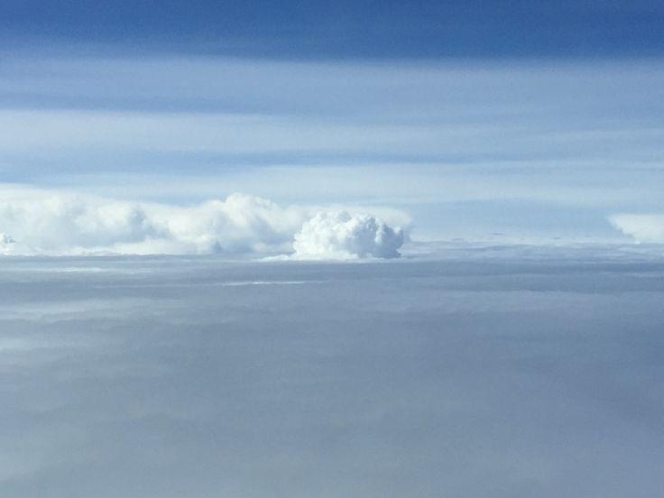 Por encima de la capa nubes
