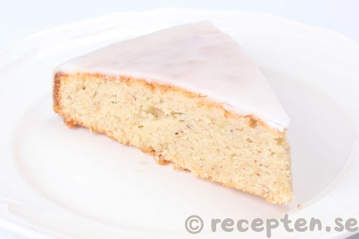 Mazarinkaka - Jättegod mazarinkaka. En mjuk och saftig sockerkaka med mazarinsmak från mandel och bittermandel med glasyr. Enkelt recept.