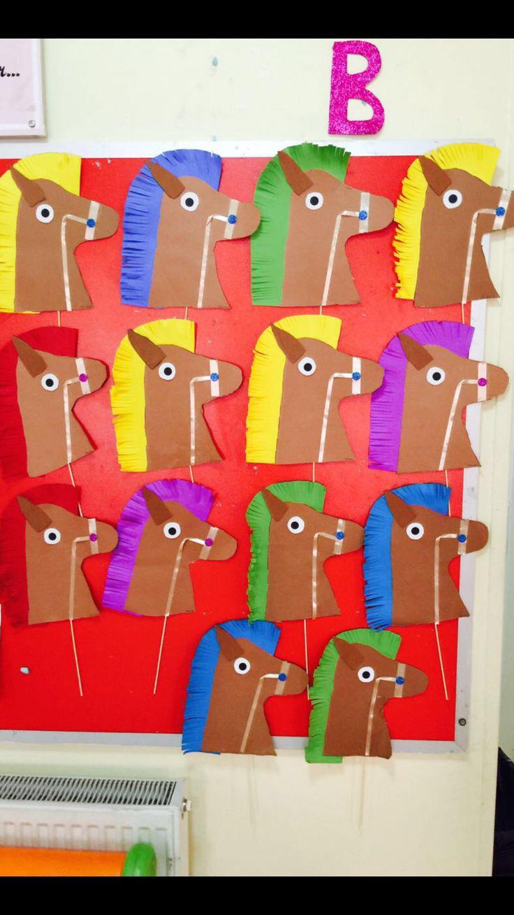 Okulöncesi rengarenk yeleli atlar