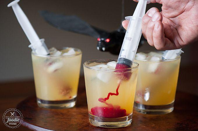 Vampierencocktail:   Ingrediënten voor 4 cocktails:  – 2 koppen frambozen – 1/4 kop suiker – 11,82 cl wodka – 6 cl amaretto – 6 sinaasappelsap – 17,74 cl bruiswater – 4 plastiek spuiten