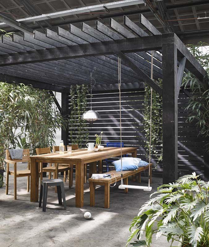 KARWEI | Aan deze ruime buitentafel is plaats genoeg voor iedereen. #karwei #tuin #terras #schommel