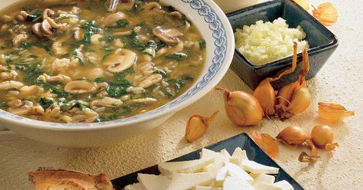 En dejlig let suppe med ris, spinat og kylling. På toppen er der bl.a. cremet salatost, som giver suppen fylde. Inspirationen kommer fra det kinesiske køkken.