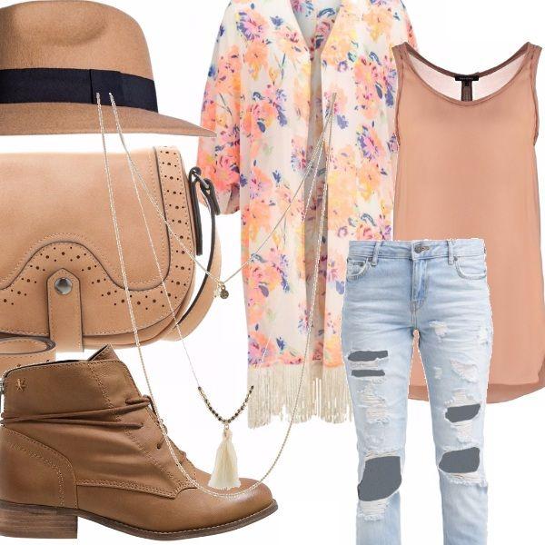 Jeans con strappi in denim chiaro, top color cipria senza maniche, kimono fiorito con frange sull'orlo, scarponcino con stringhe, borsa a tracolla color cipria , cappello modello fedora con fascia a contrasto, collana a più fili con ciondoli.