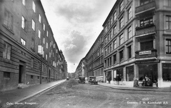 Herman Foss gate 24 med butikken på hjørnet og de gamle balkongene / ca 1925-30 / oslobilder