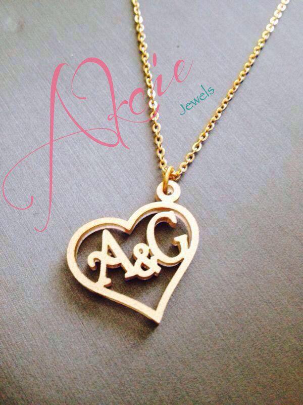 Dije de corazón con iniciales en oro goldfilled o rodio.