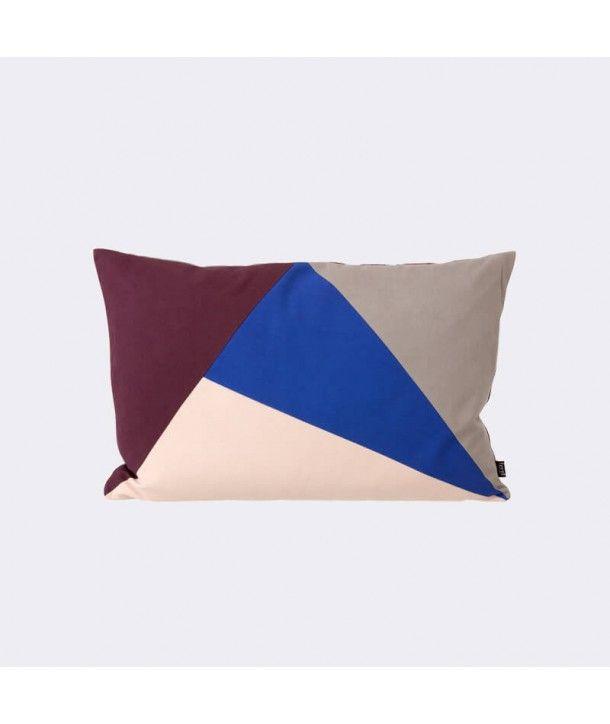 Coussin Fusion triangle Aubergine/Bleu par Ferm Living. Coussin aux motifs géométriques et colorés, ultra tendance et décoratif par Ferm Living