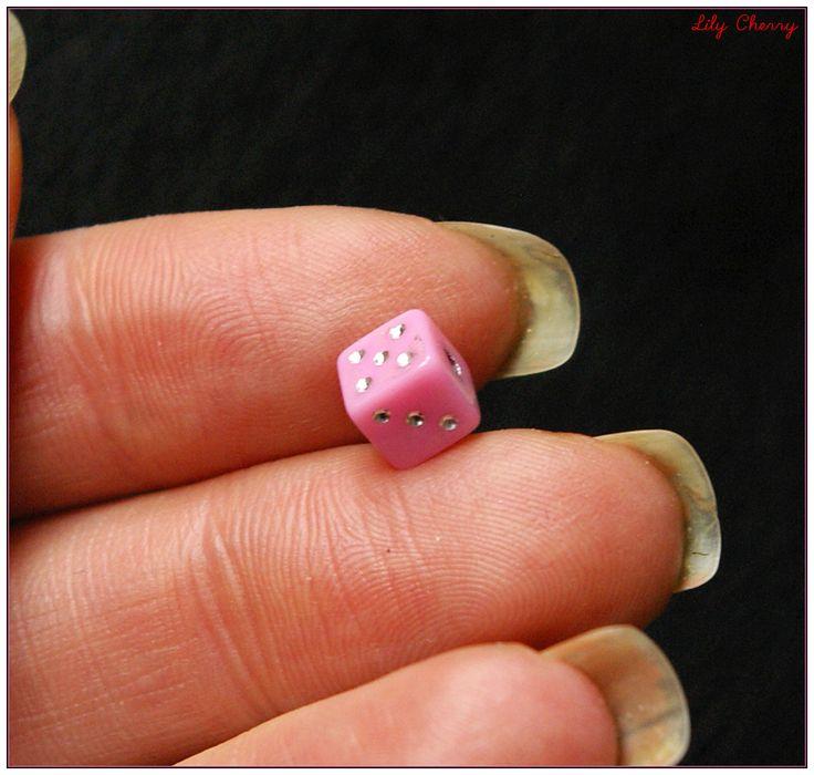 Perle dés a jouer rose clair 6mm x1 : Perles en Plastique par lilycherry