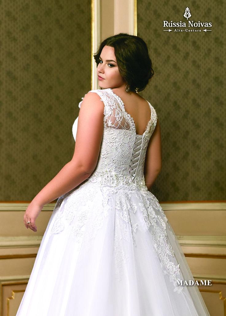 MADAME - era um título de cortesia aplicado às princesas da realeza francesa. O vestido que recebe essa nomeação inspira-se na graciosidade delas. Para saber mais, acesse: www.russianoivas.com #vestidodenoiva #vestidosdenoiva #weddingdress #weddingdresses #brides #bride
