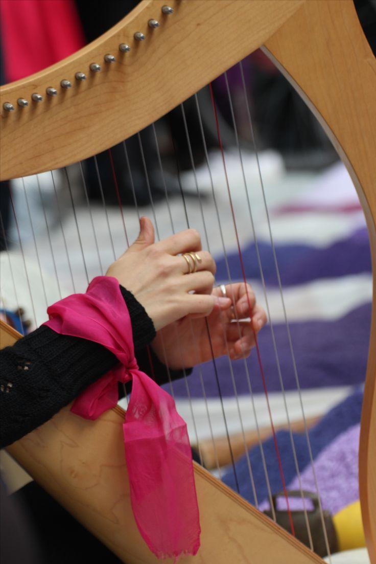 L'8 marzo 2017 in occasione della festa della donna, tra le varie iniziative nella città di #Milano la #terapeuticaartistica ha collaborato con l'associazione La Casa delle Donne nella splendida cornice della #GalleriaVittorioEmanuele per realizzare un #mandala di sale, per l'occasione sui toni del #rosa. Accompagnamento musicale del maestro Aglieri. #8marzo