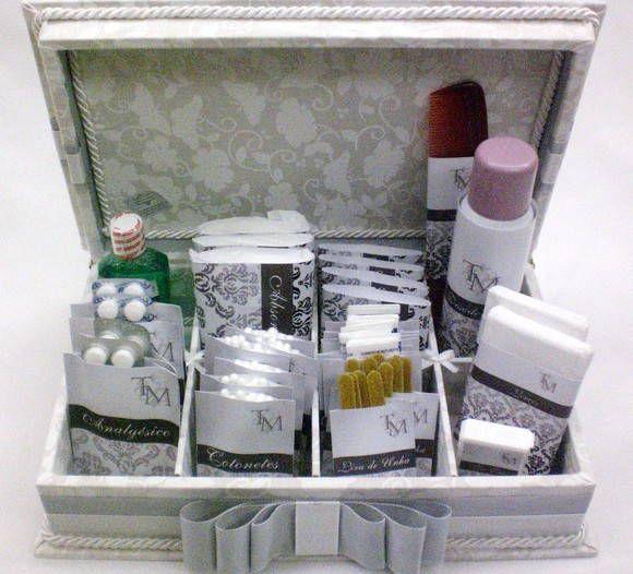 Linda caixa kit toillet forrada em tecido e rótulo personalizado. Incluso rótulo personalizado. Não incluso produtos de higiene e medicamentos. Temos diversas opções de tecidos e fitas R$ 242,00