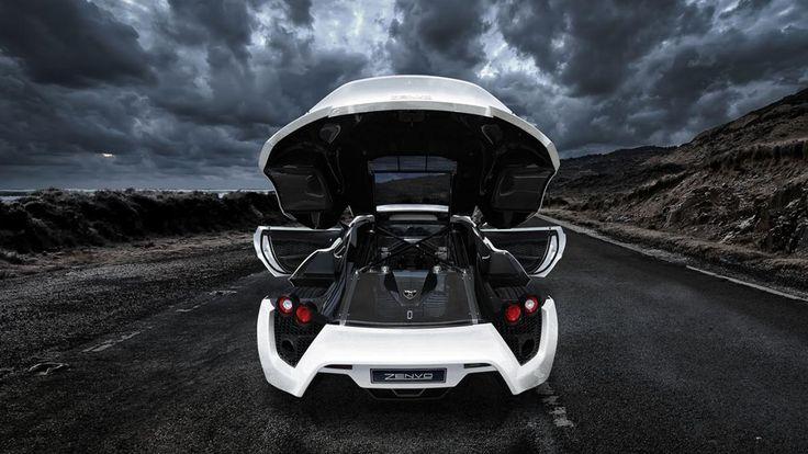 El Zenvo ST1 tiene un motor V8 con una cilindrada de 7.000 cc sobrealimentación, que tiene una potencia de 810 kW (1.104 CV). Su par máximo es de 1430 Nm. La potencia se transmite a través de una transmisión manual de 6 velocidades.