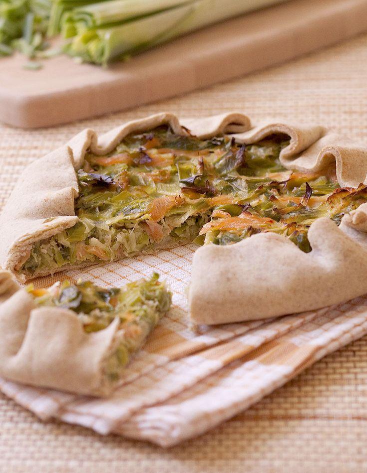 Recette Tarte aux poireaux et à la truite fumée : Sur le plan de travail, mélangez les deux farines et le beurre. Emiettez du bout des doigts pour avoir une consistance sableuse. Ajoutez l'eau et ramassez la pâte en boule. Entourez-la d'un film et laissez-la 1h au réfrigérateur. Lavez les ...