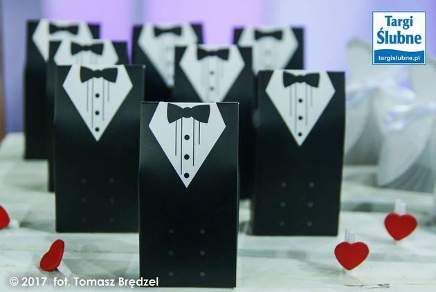 Pudełko FRAK I MUCHA pan młody. Podziękowania dla gości, pudełeczko na cukierki. Na wesele ślub czy inną okazję. Pudełeczko para młoda. Inspiracje na wesele. pakoria.pl Wedding thanks, just married, Mr, cute box. Wedding inspiration. Targi Ślubne. Wedding expo.